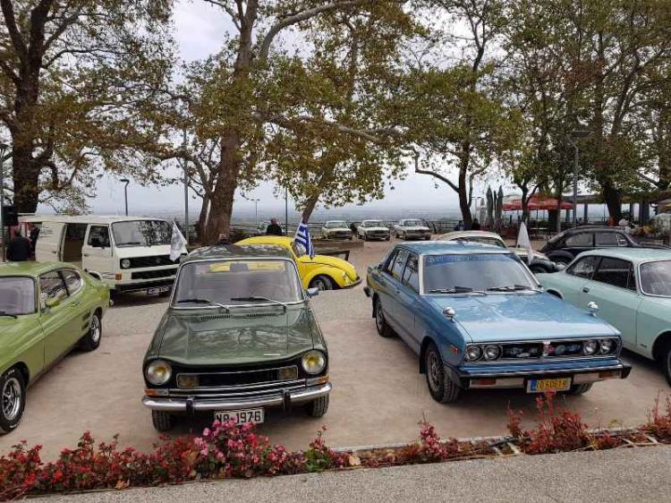 Οχήματα και μοτοσικλέτες μιας άλλης εποχής «παρήλασαν» την Κυριακή στην πλατεία Εληάς της Βέροιας