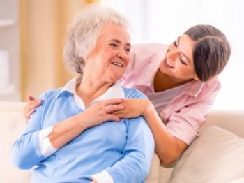 Γυναίκα αναλαμβάνει τη φροντίδα ατόμων τρίτης ηλικίας καθώς και τον καθαρισμό σπιτιών