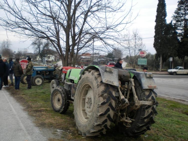 Τρακτέρ αγροτών της Ημαθίας ξεκίνησαν να συγκεντρώνονται κάτω από τον κόμβο της Κουλούρας