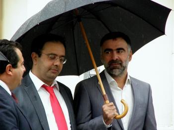 Παραμένουν κάτω από την ίδια...ομπρέλα!