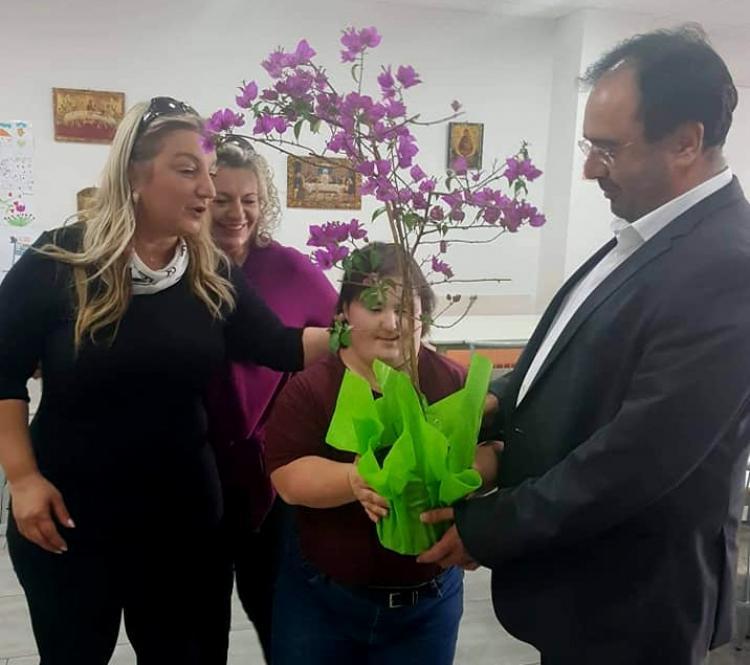 Ένα λουλούδι από ένα...«διαμαντάκι» για το δήμαρχο!