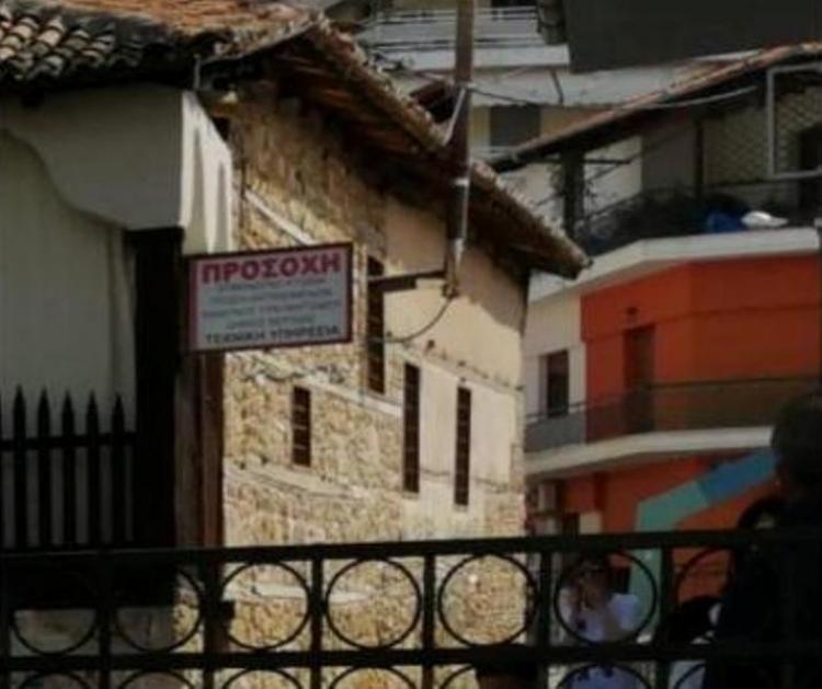 ΠΡΟΣΟΧΗ!  Επικίνδυνο κτίσμα.  Κίνδυνος τραυματισμού!  Στο κέντρο της πόλης!