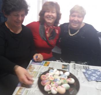 Πολύχρωμα αυγά με διάφορες τεχνικές δημιούργησαν κυρίες του τμήματος εργοθεραπείας των ΚΑΠΗ Βεροίας