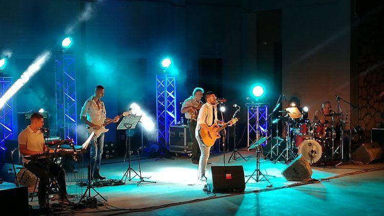 Μάγεψε ο «Μπούσουλας», με αξέχαστα έντεχνα τραγούδια Ελλήνων δημιουργών