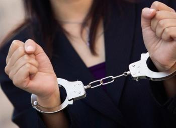 Σύλληψη 30χρονης για κλοπή πορτοφολιού από 76χρονο