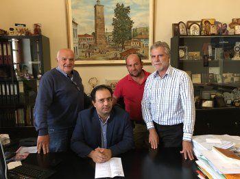 Σύμβαση για την προμήθεια χλοοτάπητα στο γήπεδο 5Χ5 της Βεργίνας υπέγραψε ο Δήμαρχος Βέροιας