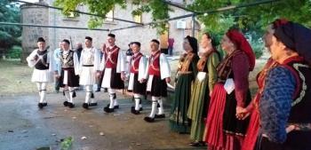 Το χορευτικό του Πολιτιστικού Ομίλου Ξηρολιβάδου στον Εσπερινό της Πεντηκοστής του Ιερού Ναού Αγίας Τριάδος Πανοράματος Βεροίας