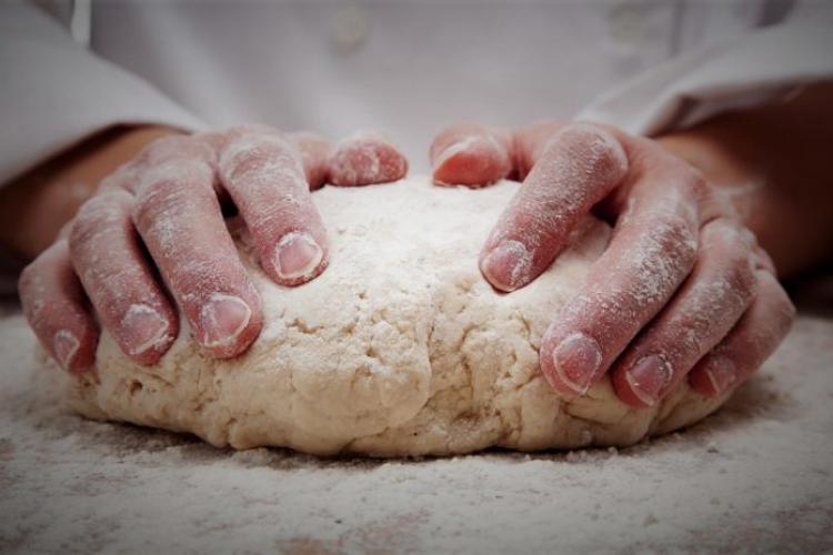 ΖΗΤΕΙΤΑΙ αρτοποιός για εργασία σε φούρνο στην Πατρίδα