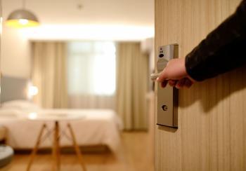 Πτώση στις φετινές διανυκτερεύσεις των ξενοδοχείων ανάλογα με τις περιοχές