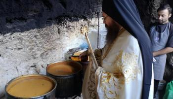 Νόστιμη φασολάδα, μαγειρευμένη με κύριο συστατικό την... προσευχή στο Μοναστήρι του Προδρόμου!