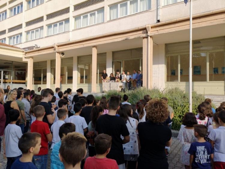 Πρώτη της νέας σχολικής χρονιάς με αισιοδοξία! Στο 8ο δημοτικό και το ειδικό σχολείο Νάουσας, αντιπεριφερειάρχης και δήμαρχος