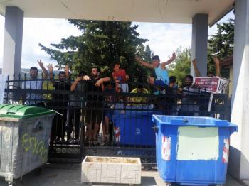 Υπό νέα κατάληψη το κέντρο φιλοξενίας προσφύγων στο Στρατόπεδο «Κόκκινου» στην Αγία Βαρβάρα
