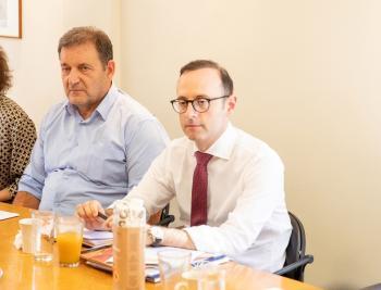 Στελέχη του Υπουργείου Εξωτερικών επισκέφθηκαν την ΕΚΕ και συζήτησαν για τους δασμούς των ΗΠΑ στην κομπόστα ροδάκινου
