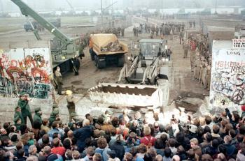 Τα 30 χρόνια «από την πτώση του τείχους» και η πραγματικότητα - Γράφει η Ευγενία Καβαλλάρη, φιλόλογος