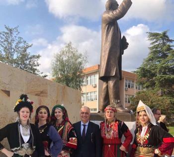 Ο Λάζαρος Τσαβδαρίδης στα αποκαλυπτήρια του ανδριάντα του Κωνσταντίνου Καραμανλή στην Ξάνθη