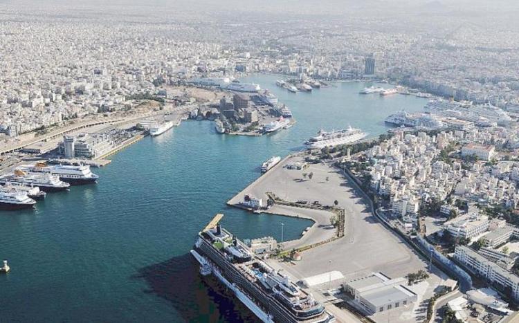 «Κομφούζιο» και στο λιμάνι του Πειραιά λόγω κοροναϊού