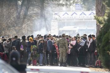 Χαοτική η κατάσταση στα σύνορα – Με δωρεάν λεωφορεία μεταφέρουν οι Τούρκοι τους πρόσφυγες