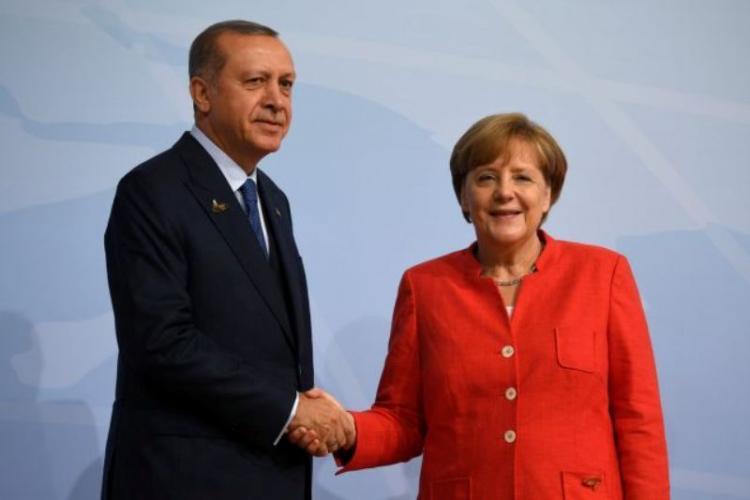 Προσφυγικό: Αναθεώρηση της συμφωνίας με την ΕΕ ζήτησε ο Ερντογάν από τη Μέρκελ