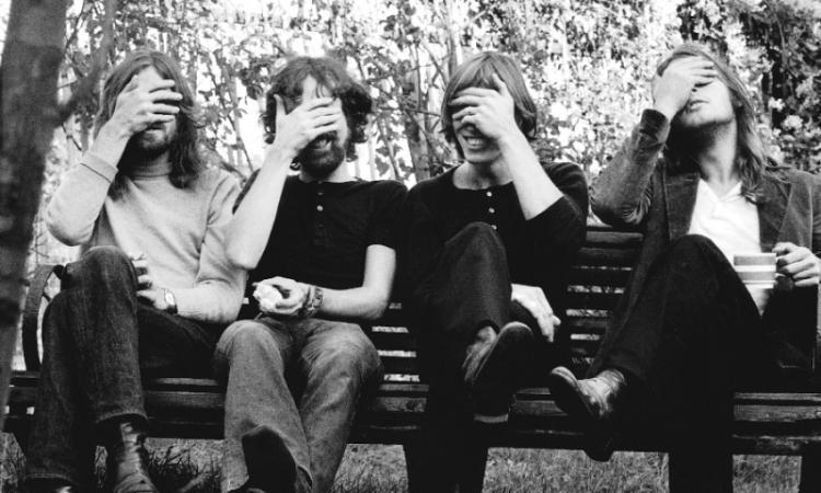 ''ΤΑ ΣΚΥΛΙΑ ΤΟΥ ΠΟΛΕΜΟΥ'' των Pink Floyd. Ένα Τραγούδι που βρομίζει κάθε αύριο Πόλεμο''The Dogs Of War'' - Pink Floyd,1987 -Του Ηλία Τσέχου