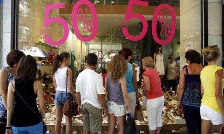Εκπτώσεις-ανάσα για καταναλωτές και εμπόρους από Δευτέρα
