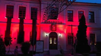 Με πένθιμα χρώματα «ντύθηκε» το δημαρχείο, για να τιμηθεί η 101η επέτειος της ποντιακής γενοκτονίας