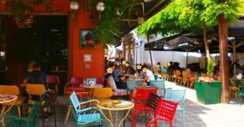 Διαφωνίες με...«συνωστισμό» σε καφέ και την ανεξέλεγκτη είσοδο οχημάτων στους πεζοδρόμους