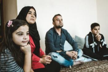 Μεταφέρονται οι μετανάστες-πρόσφυγες από ξενοδοχεία σε δομές ή σε σπίτια που θα νοικιάσουν, μέσω του προγράμματος ESTIA, που χρηματοδοτεί ο ΟΗΕ