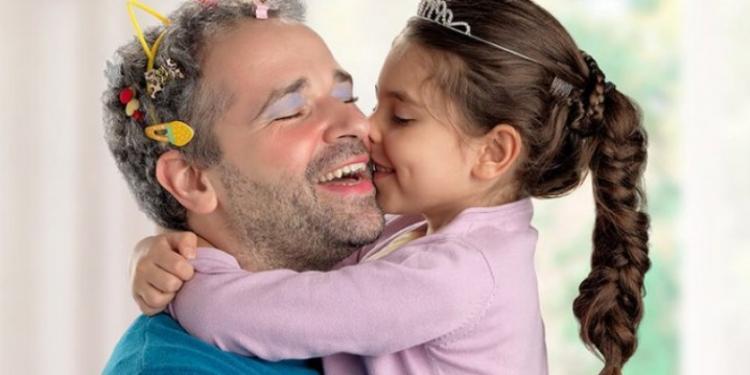Δηλαδή είμαστε...«ομοφοβικοί», αν δεν θέλουμε ο μπαμπάς να...βάφεται;