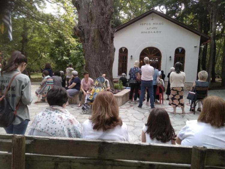 Θεία Λειτουργία στο εξωκκλήσι του Αγίου Νικολάου Νάουσας, την Τρίτη, εορτή της Μεγαλομάρτυρος Αγίας Κυριακής