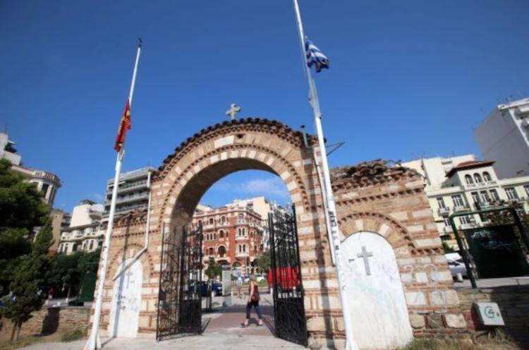 Πένθιμα ήχησαν οι καμπάνες σε Ελλάδα και Κύπρο για την Αγία Σοφία – Μεσίστιες κυματίζουν οι σημαίες