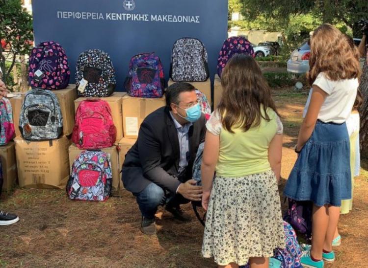Σχολικές τσάντες σε 1.244 πρωτάκια πολύτεκνων οικογενειών έδωσε ο Απόστολος Τζιτζικώστας