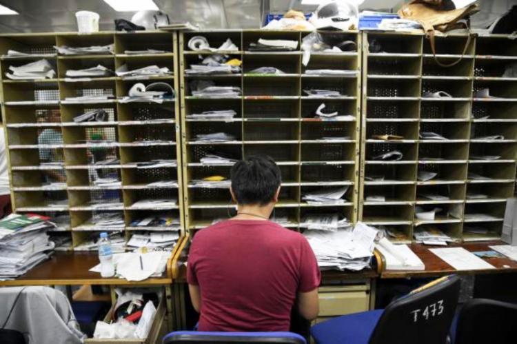 «Σοκ και δέος» στα ΕΛΤΑ: «Εθελούσια» απομάκρυνση 2.000 εργαζομένων και μεγάλη μείωση μισθών