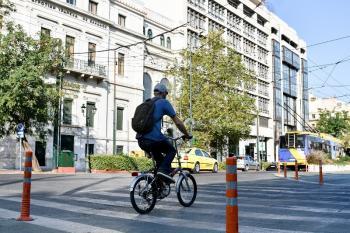 Νέοι κανόνες κυκλοφορίας: Κράνος μέχρι και στα ποδήλατα, τι αλλάζει για ηλεκτρικά πατίνια