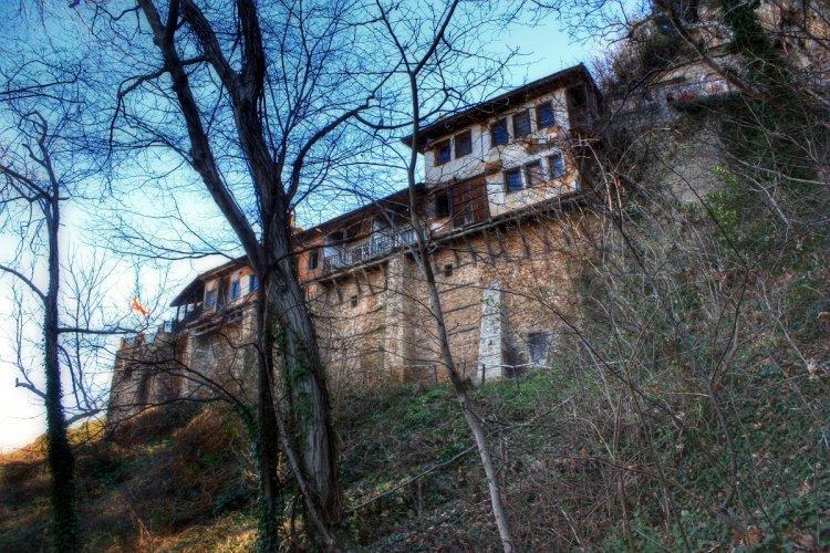 Τεράστιος βράχος έπεσε στην πτέρυγα των κελιών της Ιεράς Μονής Τιμίου Προδρόμου