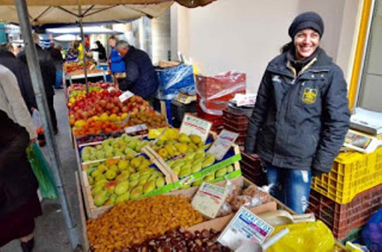 Τριάντα πέντε παραγωγοί και έμποροι αγροτικών προϊόντων στη λαϊκή αγορά της Νάουσας