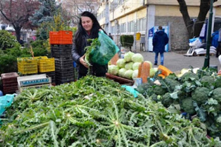 Οι παραγωγοί και έμποροι αγροτικών προϊόντων στη λαϊκή αγορά της Νάουσας, το Σάββατο 21 Νοεμβρίου