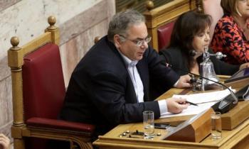 Ο Λαμπρούλης βγάζει το κοστούμι του αντιπροέδρου της Βουλής για να φορέσει την ιατρική ποδιά!