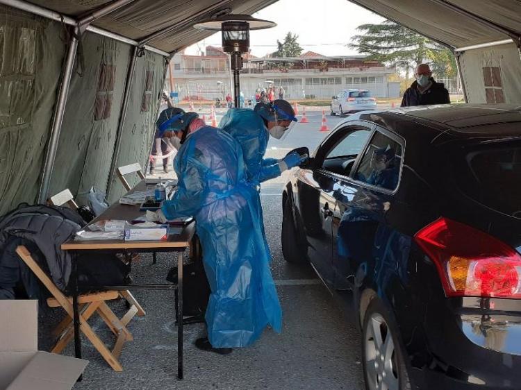 Ουρές αυτοκινήτων στο ΕΑΚ Μακροχωρίου για δωρεάν rapid test από κλιμάκια του ΕΟΔΥ