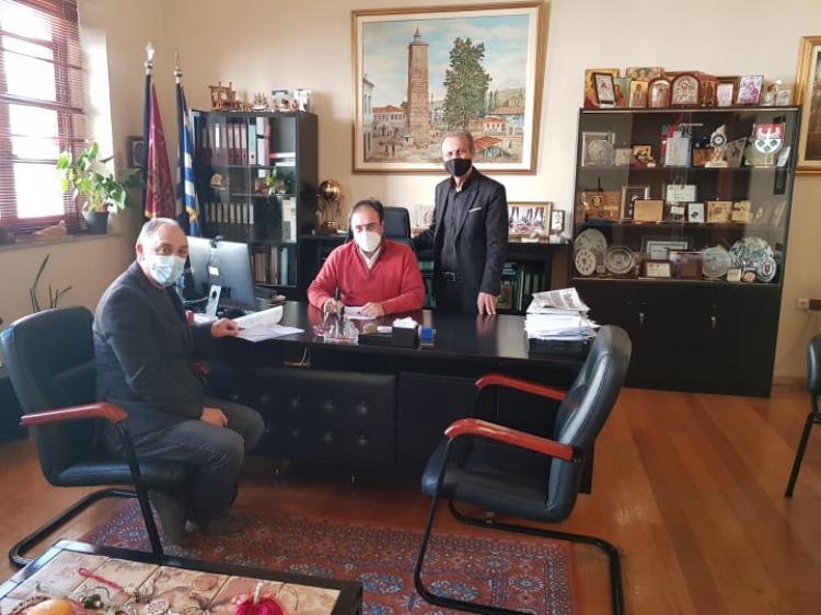 Υπογραφή δύο συμβάσεων για την ανακαίνιση δαπέδων σε γήπεδα ποδοσφαίρου και μπάσκετ του Δήμου Βέροιας