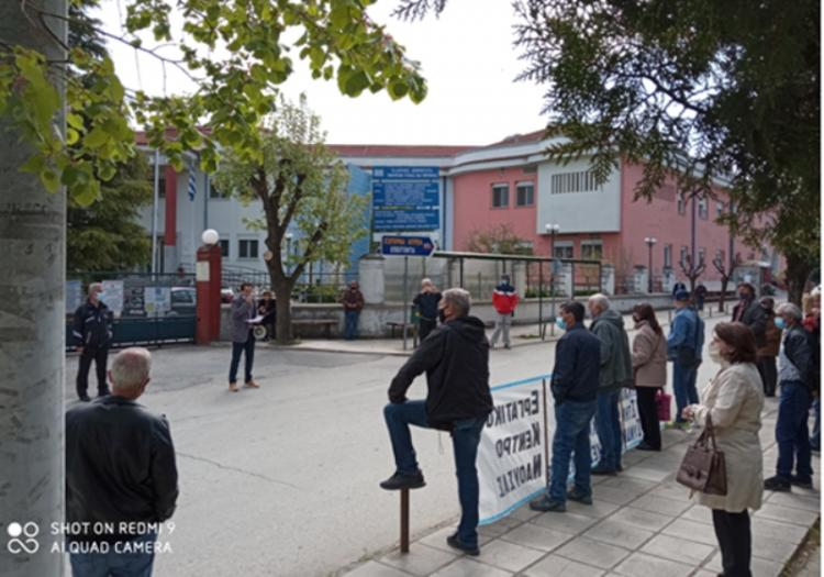 Συγκέντρωση έξω από το Νοσοκομείο Νάουσας πραγματοποίησαν χθες Εργατικό κέντρο, Α.Σ «Μαρίνος Αντύπας» και σωματεία της πόλης