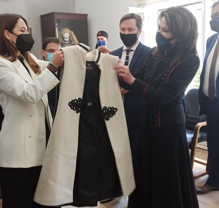 Τα αναμνηστικά δώρα που προσφέρθηκαν στην κ. Αγγελοπούλου κατά την υποδοχή της στο Δημαρχείο της Νάουσας