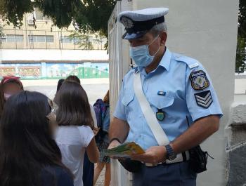 Ενημερωτικό υλικό για την οδική ασφάλεια μοίρασαν αστυνομικοί σε μαθητές δημοτικών σχολείων στην Κεντρική Μακεδονία