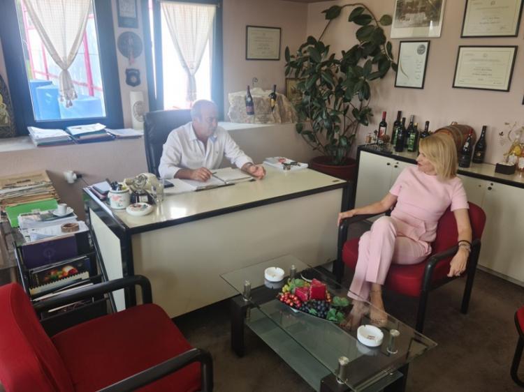 Συνεργασία Θεοδώρας Τζάκρη με τον Πρόεδρο του οινοποιητικού συνεταιρισμού VAENI-Νάουσα Γιώργο Φουντούλη