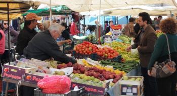 Κατατέθηκε η τροπολογία για τις λαϊκές αγορές παραγωγών, με στόχο να περιοριστεί ο ρόλος των μεσαζόντων
