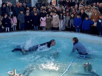 Κατάμεστο το άλσος του Αγίου Νικολάου Νάουσας στον αγιασμό των υδάτων