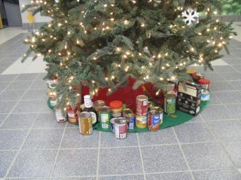 Γέμισαν με δώρα και τρόφιμα μακράς διαρκείας τα Χριστουγεννιάτικα δέντρα στα σχολεία του Δήμου Αλεξάνδρειας