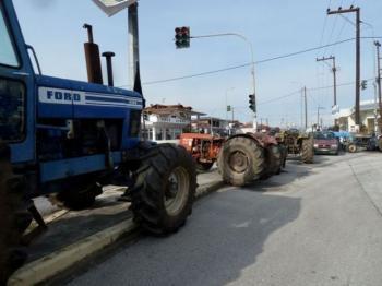 Συμβολικό κλείσιμο του κόμβου του ΣΣ Νάουσας από τους αγρότες του «Μαρίνου Αντύπα»