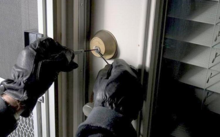 Άγνωστοι δράστες διέρρηξαν οικία 59χρονης με την απειλή μαχαιριού τις πρώτες πρωινές ώρες της Κυριακής