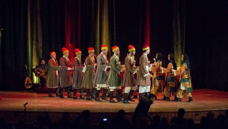 Κατάμεστο το Δημοτικό Θέατρο στην παράσταση «ΧΕΡΙ ΜΕ ΧΕΡΙ, η παράδοση της Ελλάδας» από την Ε.Λ. Ποντίων Νάουσας