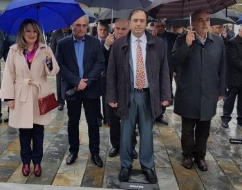 Δεν πτοείται από βροχή...κάθε είδους ο δήμαρχος!